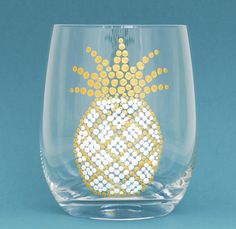Tropical Pineapple Glassware - White & Gold Hand Painted Stemless Wine Glasses by Alyssa Reuven. Stemless wine glasses with hand painted pineapples are sure to delight guests and add a tropical touch Diy Wine Glasses, Hand Painted Wine Glasses, Stemless Wine Glasses, Wine Craft, Wine Bottle Crafts, Wine Bottles, Glass Craft, Painted Glass Vases, Glass Paint