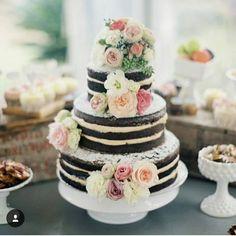 Que o naked cake é um dos bolos favoritos do Casarei vocês já sabem. Mas um naked cake de chocolate supera todas as expectativas rsrsrs. Essa imagem de dar água na boca encontrei no ig @vestidadebranco.  #casarei #casamento #wedding #instawed #instawedding #nakedcake #bolodecasamento by casarei