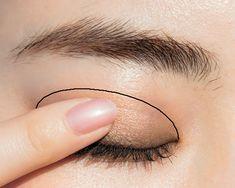 オフィスでもOKの上品&ちょっぴり色っぽメーク♡ しっとり艶アイ ... 中央のベージュブラウンを指にとり、アイホールにシアーにのせる。 Face Makeup, Eyeshadow, Make Up, Glasses, Eyewear, Eye Shadow, Eyeglasses, Makeup, Eye Shadows