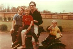 Roy Orbison with his three oldest sons: Roy Duane, Anthony King, and Wesley Kelton Travelling Wilburys, Roy Orbison, Alfred Hitchcock, Trending Memes, Popular Culture, Viral Videos, Funny Jokes, Couple Photos, Sons