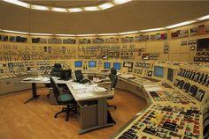 Las centrales nucleares forman parte de la familia de las centrales termoeléctricas, lo que implica que utilizan el calor para generar la energía eléctrica. Este calor proviene de la fisión de materiales como el uranio y el plutonio. Más sobre las centrales nucleares en el siguiente enlace: http://www.endesaeduca.com/Endesa_educa/recursos-interactivos/produccion-de-electricidad/x.-las-centrales-nucleares