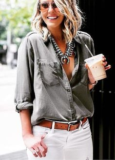 You can never go wrong with a pair of white jeans. Just add a casual shirt & a statement necklace - Casual Chic Mode Outfits, Jean Outfits, Casual Outfits, Fashion Outfits, Womens Fashion, Fashion 2018, Casual Hair, Fashionable Outfits, Party Outfits