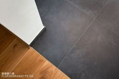 Fliesen Online Shop – Fliesenrabatte – Fliesen – Terrassenplatten Transition hallway with floor tiles porcelain stoneware to the living area with real wood. Style At Home, Discount Tile, Terrace Tiles, Tile Stairs, Corridor, Real Wood, House Rooms, Interior Design Inspiration, Home Fashion