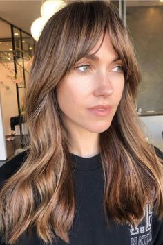 This toned-down version of Bardot bangs is just the thing to rock this autumn—and the glowy golden brunette color doesn't hurt either.Mark our words: Short, light layers like these by stylist Justine Marjan hold a fresh blowout like nobody's … Brown Blonde Hair, Brunette Hair, Golden Brunette, Brunette Color, Brunette Fringe, Medium Hair Styles, Short Hair Styles, Long Hair With Bangs, Long Hair Fringe