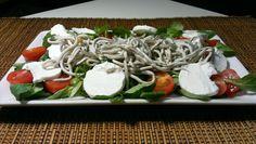 entrantes para la cena - canónigos y gulas Caprese Salad, Bruschetta, Green Beans, Catering, Sushi, Food And Drink, Chicken, Vegetables, Cooking