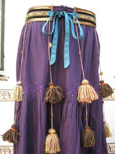 Cinturón para tribal, decorado con pompones de lana, abalorios, lentejuelas.... un poquito de todo.