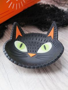 Glow-in-the-dark Black Cat Trinket Dish. Design by Swirly Designs - Lianne and . Glow-in-the-dark Black Cat Trinket Dish. Design by Swirly Designs – Lianne and Paul Stoddard for Polymer Clay Cat, Sculpey Clay, Polymer Clay Animals, Clay Art Projects, Polymer Clay Projects, Polymer Clay Tutorials, Sculpey Ideas, Polymer Clay Halloween, Clay Cats