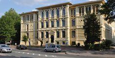 """hochschule 21 """"Fassade der hochschule 21"""" von Hochschule 21 - Eigenes Werk. Lizenziert unter CC BY-SA 3.0 über Wikimedia Commons."""