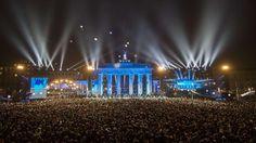 """Merkel sagte am Vormittag bei der Eröffnung einer neuen Dauerausstellung in der Gedenkstätte Bernauer Straße: """"Der Mauerfall hat uns gezeigt: Träume können wahr werden."""" Sie fügte hinzu: """"Diese Erfahrung wollen wir mit unseren Partnern in der Welt teilen."""" Die Dinge könnten zum Guten gewendet werden, das sei die Botschaft des Mauerfalls. Dies gelte in diesen Tagen auch für andere Regionen wie Ukraine, Syrien oder Irak."""