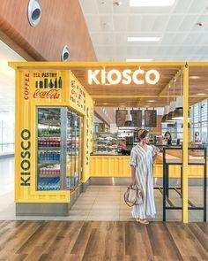 """𓇼 Megumi. K 𓇼 on Instagram: """"カタールのドーハを乗り継ぎトルコに入国🇹🇷 ここからさらに乗り換えてカッパドキアに向かいます✈️  日本を出発して丸一日移動で疲れたけど、 そんな中でも疲れを吹き飛ばすかわいいキオスクを発見し思わずパシャり📸  イスタンブールは二つ空港があって、…"""" Kiosk Design, Signage Design, Facade Design, Retail Design, Store Design, Design Design, Graphic Design, Container Coffee Shop, Container Cafe"""
