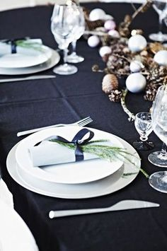 How beautiful is this simple winter table setting? Winter Decor #HolidayAffairwithSBC