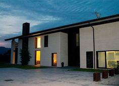 VIZCAYA, ARAKALDO. Casa Rural KutxaTxuri, alojamiento que combina diseño moderno en entorno rural. Cuenta con 5 habitaciones con baño (una de ellas adaptada). Dispone de cocina, comedor, salón semi abierto al porche con hamacas y barbacoa y zona de relax (chill-out). Jardín con una pequeña cabaña de madera con #SPA, #jacuzzi, duchas y #sauna. Situada en una localidad rodeada de naturaleza y cerca de varios parques naturales. A 12 km de Bilbao y a 40 km de #VitoriaGasteiz. #CasaRuralAccesible