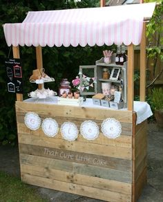 DIY Ice Cream Birthday Party Check out this ice cream stand made of old wood pallets. Ice Cream Stand, Ice Cream Cart, Ice Cream Theme, Diy Ice Cream, Ice Cream Parlor, Ice Cream Station, Cream Cream, Stand Feria, Deco Champetre