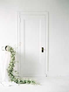 Elegant and natural bridal inspiration with organic accents and details. #bridalphotography #bridalinspiration #minimalistbrides #neutralbrides #organicweddingideas