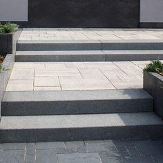 Bloki schodowe schody zewnętrzne kostka brukowa - 5669331396 - oficjalne archiwum allegro Patio Steps, Front Porch Steps, Front Stairs, Front Walkway Landscaping, Outdoor Landscaping, Lawn And Landscape, House Landscape, Driveway Design, Patio Design
