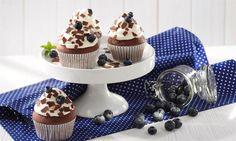 Muffins mit Raspelschokolade, frischen Blaubeeren und Sahne