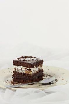 O prajitura delicioasa, cu blat fin de cacao si ganache de ciocolata, completat de o spuma de frisca cu bucati de batoane de caramel. Ingrediente: Blat(3 foi): 5 oua 130 g zahar 100 ml apa 100 ml lapte 100 ml ulei 200 g faina 50 g cacao 10 g praf de copt esenta de...