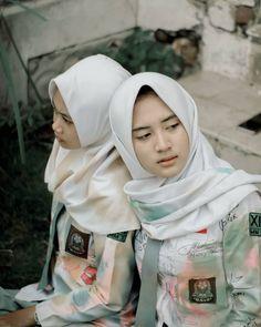Casual Hijab Outfit, Hijab Chic, Hijabi Girl, Girl Hijab, Beautiful Hijab Girl, School Images, High School Girls, Asian Beauty, Cute Girls