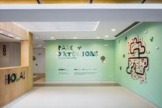 Un progetto dove tutti gli elementi, dalla grafica ambientale all'illuminazione, fino ai numeri delle stanze, sono stati studiati ad hoc con lo scopo di creare un'atmosfera serena, accogliente e rilassante  sia per i pazienti sia per lo staff che ogni giorno vi lavora.