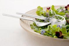 """Genses Dorotea bestik har en klassisk design som den internationale designer Monica Förster har skabt. Ideen bag Doroteas design var at skabe et harmonisk bestiksæt med balance, som gør at det ligger godt i hånden. Designeren Monica Förster siger i forbindelse med lanceringen: """"Bestikket Dorotea er en hyldest til maden."""". Se også her: http://bestiksaet.dk/dorotea-salatbestik-3743.html"""