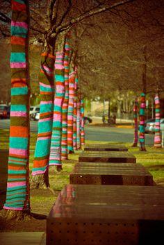 "Knitted Wonderland"" Yarn Bombing at Blanton Museum more guerilla knitting!more guerilla knitting! Guerilla Knitting, Blanton Museum, Urbane Kunst, Outdoor Art, Guerrilla, Tree Art, Public Art, Public Spaces, Urban Art"