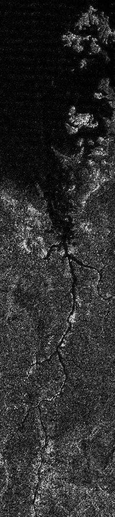 """A Agência Espacial Europeia (ESA) divulgou nesta quarta-feira (12) a imagem de um rio extraterrestre descoberto em uma lua do planeta Saturno, chamada de Titã.     O """"Nilo extreterretre"""" segue por 400 quilômetros antes de desaguar em um grande lago de Titã, único lugar fora da terra onde foi detectado líquido estável na superfície, apesar de não ser água e sim etano e metano.    A imagem foi obtida pela missão não tripulada Cassina-Huygens, que estuda Saturno e seus satélites..."""