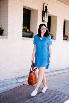 Kendi Everyday: Chambray and Sneakers Demin Dress Outfit, Dress And Sneakers Outfit, Sneakers Fashion Outfits, Summer Dress Outfits, Chambray Dress, Shirt Dress, Cute Casual Outfits, Chic Outfits, Casual Dresses