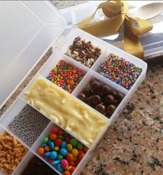Usando caixinhas organizadoras para servir brigadeiro de colher - Amando Cozinhar - Receitas, dicas de culinária, decoração e muito mais! Candy Gift Box, Candy Gifts, Chocolate Pack, Chocolate Lovers, Rainbow Snacks, Hawaian Party, Cheesecake Pops, Valentine Baskets, Friend Crafts