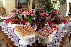 Achei uma produção da Bella Fiore (clique) de um almoço/ aniversário realizado para uma senhora em casa! Achei legal trazer para que vocês possam ver como é possível fazer uma decoração delicada em casa, sem muitas invenções .. vale se aventurar! Para os arranjos, um simples laço de fita já fez com que os vasos …
