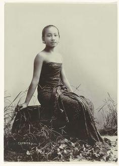 Studioportret van een jonge Javaanse vrouw zittend op een boomstam, Kassian Céphas, c. 1867 - c. 1910