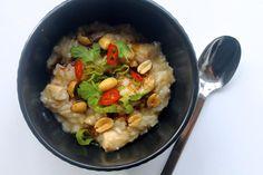 Det burde egentlig ikke være grødsæson lige nu, men når vejret ikke kan finde ud af, at det rent faktisk er sommer, så skal der grød på bordet. Jeg er kæmpe fan af grød (risengrød, havregrød, risotto, bygotto osv), og første gang jeg smagte den asiatiske risgrød congee var hos Grød i