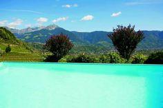 Infinity Pool mit Blick über die Weingärten von Schloss Plars