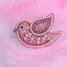 Розовая пташка-крошка ,милое создание . А может это птенчик колибри?. А может это чья-то розовая мечта?✨✨✨ Размер броши всего 6 на 5 см. Японский бисер и стеклярус ,стразовая лента, хрусталь,жемчуг Сваровски. #брошьдлядочки #брошьдлядевочки #брошьвподарок #брошь #брошьспб #брошьптица #брошьптичка #брошьhandmade #брошькупить #брошькупитьспб #украшенияспб #приозерскмаргарита #розовый #розоваяптичка