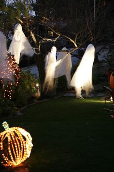 Ghosts in the garden! Halloween is fast approaching so time to get our spook on. Here are some decorating ideas for your front yard which are delightfully spooky. There's a video at the end to take you on a tour.