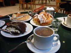 chocolate espeso con torta y media lunas, en El Turista, San Carlos de Bariloche