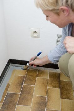 Repainting the floor tiles of a kitchen: tutorial in pictures - floor Interior Window Shutters, Room Partition Designs, Cocinas Kitchen, Makeup Room Decor, Kitchen Room Design, Furniture Care, Beautiful Architecture, Home Staging, Kitchen Flooring