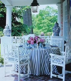 Screen porch blue and white chinoiserie outdoor furniture fabric ma MAISON pixels Outdoor Rooms, Outdoor Dining, Outdoor Furniture Sets, Outdoor Decor, Pergola, Gazebo, Chinoiserie Chic, White Home Decor, Al Fresco Dining