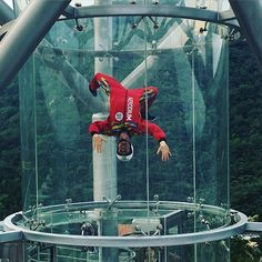 Flying people in glass tunnel by Aerodium. Indoor Skydiving, Parachuting, Wind Tunnel, Paragliding, All Over The World, Glass, Board, People, Sports