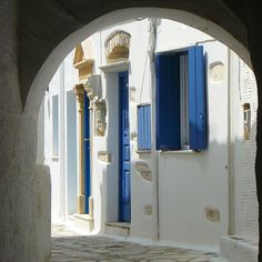 Amazing white & Blue into the traditional Cycladic alley at Pyrgos village . **Like-Share️** Paros, Mykonos, Cyclades Islands, Outdoor Spa, Crete Greece, Greek Islands, Greece Travel, Belle Photo, Candle Sconces