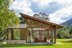 Sítio em Petrópolis é um convite ao descanso em galpões dos anos 70 Modern Tiny House, Tiny House Design, Modern Mountain Home, Bamboo House, Farm Stay, Roof Design, Tropical Houses, House In The Woods, Architecture Details