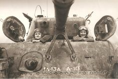 O General-de-Divisão Eurico Gaspar Dutra (esquerda) Ministro de Guerra e o General-de-Divisão Mascarenhas de Moraes, Comandante da Força Expedicionária, posam no alçapão de um tanque no qual fizeram uma viagem de inspeção à IV Corporação.