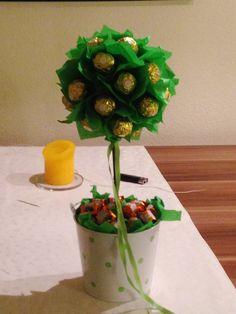 Geschenkbaum aus Süßigkeiten    1 Styroporkugel   1 Holzstarb   1 Eimerchen  1 Packung Seidenpapier  3 Packungen Roscher   1 Packung  Ferrero Küsschen  Zahnstocher  Steckmoos