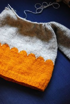 DIY Handmade Knitted Jumper - Tutorial] So one day I can start knitting something else than scarves. How To Start Knitting, How To Purl Knit, Knitting For Kids, Knitting Yarn, Free Knitting, Knitting Projects, Baby Knitting, Crochet Baby, Knit Crochet