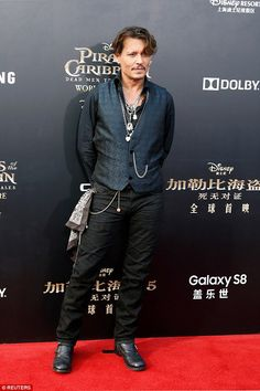 Johnny Depp Orlando Bloom at Pirates premiere Leading man: Johnny, who plays Jack Sparrow, stuck to his signature quirky style layering a waistcoat over a black shirt accessorised with pendants Bohemian Outfit Men, Boho Outfits, Bohemian Clothing, Who Plays Jack Sparrow, Gilet Costume, Chantal, Johnny Depp Movies, Johnny Depp Pictures, Orlando Bloom