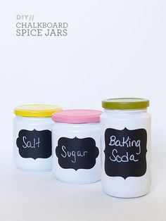 Anthro-Inspired Chalkboard Spice Jars via Sarah Hearts via Sparkle & Mine: 25 Easy DIY Projects for the Home! Diy Ombre, Do It Yourself Furniture, Do It Yourself Home, Diy House Projects, Easy Diy Projects, Photo Projects, Craft Projects, Diy Hacks, Diy Tableau Noir