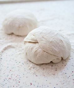 How to make pizza crust recipe - Making pizza dough is easy and fun. Once you start making your own, you will never buy a Bobli again. Not that there is anything wrong with a Bobli of course. by annabelle Making Pizza Dough, Easy Pizza Dough, Making Pies, Bread Making, Crust Recipe, Dough Recipe, Jamie Oliver Pizza, Pizza Recipes, Cooking Recipes