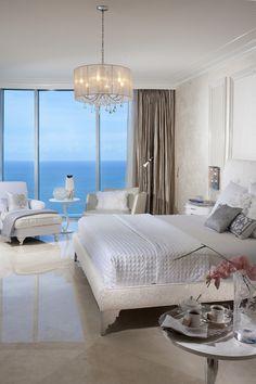 Profiter d'une superbe vue sur l'eau turquoise à partir de cette chambre en blanc