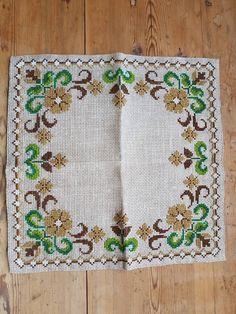 Hermosa puntada cruzada floral bordado mantel/tapete de lino