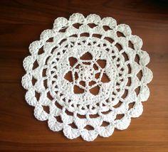 """Passion Flower doily : napperon """"Fleur de la passion"""" réalisé en gros fil au crochet 4,5 pour le projet de yarn bombing de la Maison de Quartier des Aunettes à Evry."""