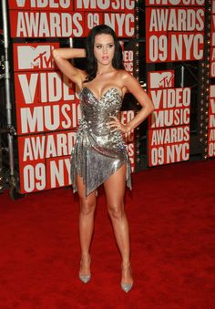 See Katy Perry in Various States of Undress - She posed at the September 2009 MTV Music Awards at NYC's Radio City Music Hall. Katy Perry Legs, Katy Perry Hot, Music Awards, Mtv Music, Katy Perry Gallery, Katy Perry Pictures, V Video, Talons Sexy, Actrices Hollywood